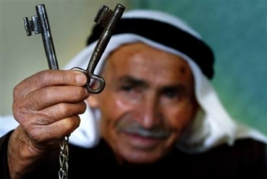 A Palestinian refugee holding keys to his old home.